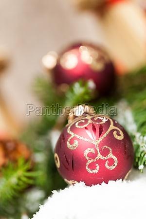 dekoration fuer weihnachten mit roten und
