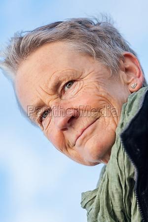 lachende glueckliche aeltere frau seniorin im