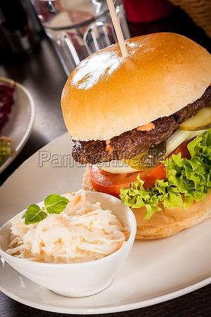 leckerer hamburger cheeseburger mit speck ei