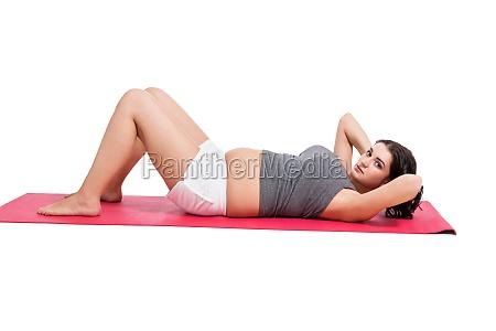 junge frau beim yoga zur geburtsvorbereitung