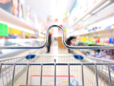 blick auf einen einkaufswagen im supermarkt