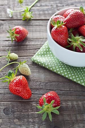erdbeeren in weisser schale