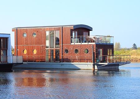 holzhausboot mit zwei etagen in see
