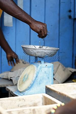 afrikanischer zimmermann arbeitet mit holz