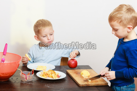blond jungen kinder kinder mit kuechenmesser