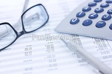 taschenrechner und zahlenkolonnen