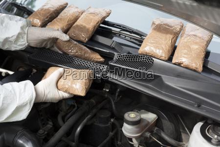 drogen im motorraum eines autos geschmuggelt
