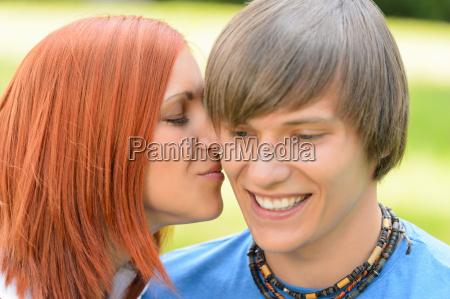 amare giovane donna baciare la guancia