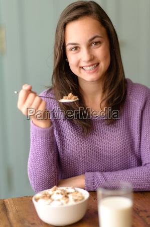 jugendliche geniessen gesundes getreide fruehstueck laecheln