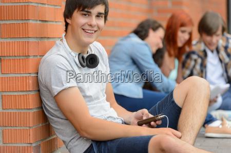 student junge sitzt boden mit freunden