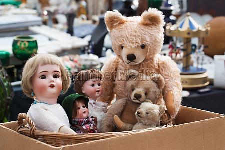 teddybaeren und puppen auf flohmarkt