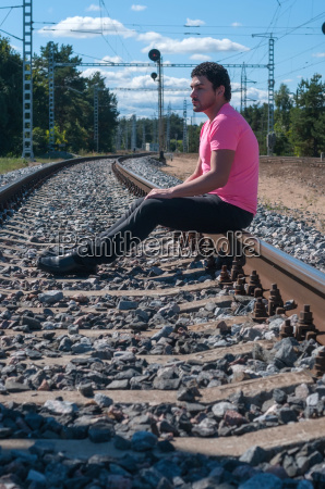einzelmann im rosa t shirt auf