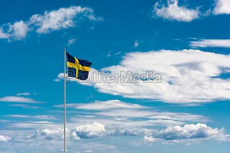 schwedische flagge am himmel hintergrund