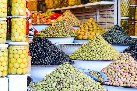 bunt angeordnete auslage mit oliven und