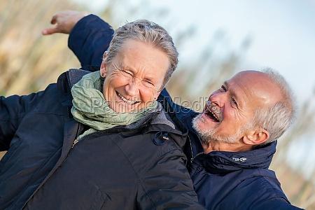aelteres senioren paar gluecklich lachend im