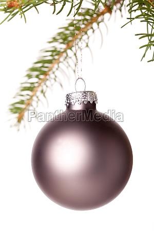 traditionelle weihnachtskugel aufgehaengt an einem gruenen