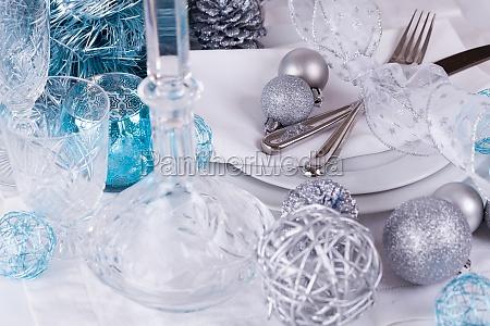 stylischer tisch mit weihnachtsdekoration in tuerkis