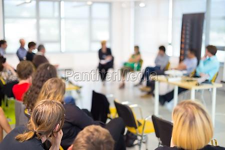 round table gespraech bei business konvention