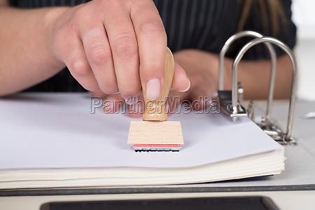 frau stempelt ein dokument mit einem