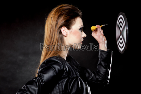 punk maedchen mit dart und ziel