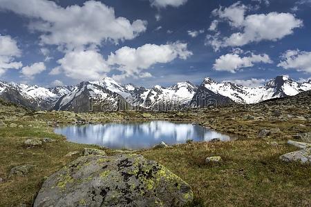 kleiner bergsee in suedtirol italien