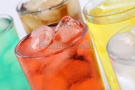 limonade getraenk in glaesern