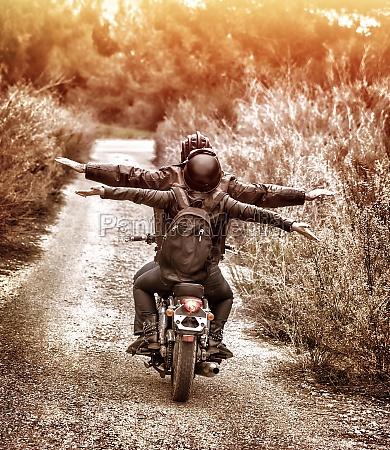 reiten auf dem motorrad mit vergnuegen