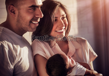 glueckliche familie zusammen