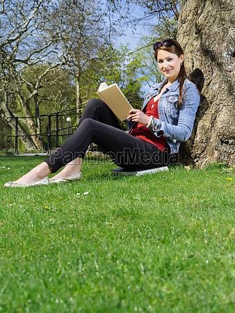 junge frau im park lesen