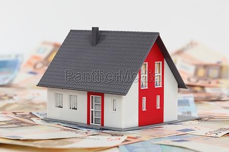 musterhaus und euro banknoten