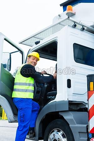 kranfahrer faehrt mit dem kranwagen einer