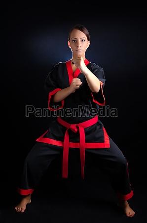 frau training kaempfer kaempferin karate kimono