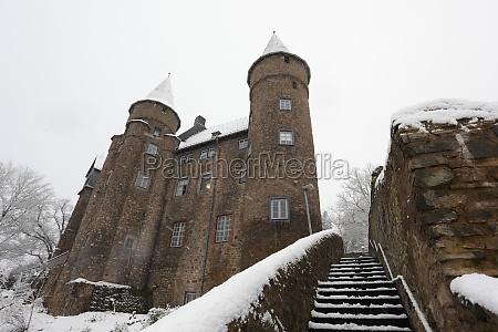 schneebedecktes altes schloss in herborn hessen
