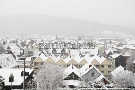 schneebedeckte haeuser in herborn hessen deutschland