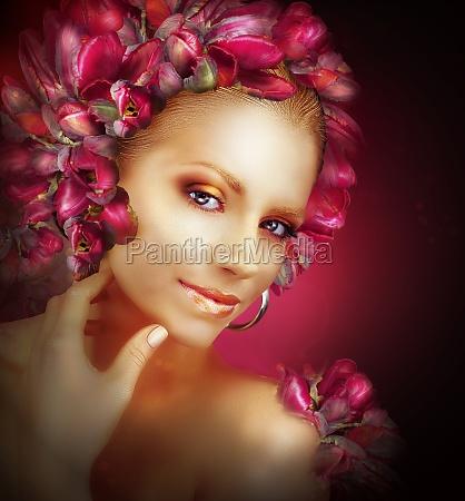 strahlen schoene goldene maedchen mit lila