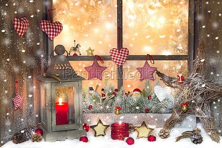 rote weihnachtsdekoration mit laterne auf fensterbrett
