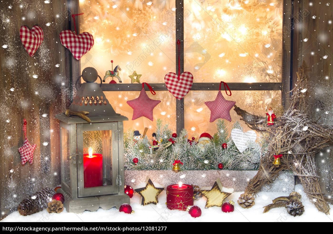 Lizenzfreies Bild 12081277   Rote Weihnachtsdekoration Mit Laterne Auf  Fensterbrett Mit Holz