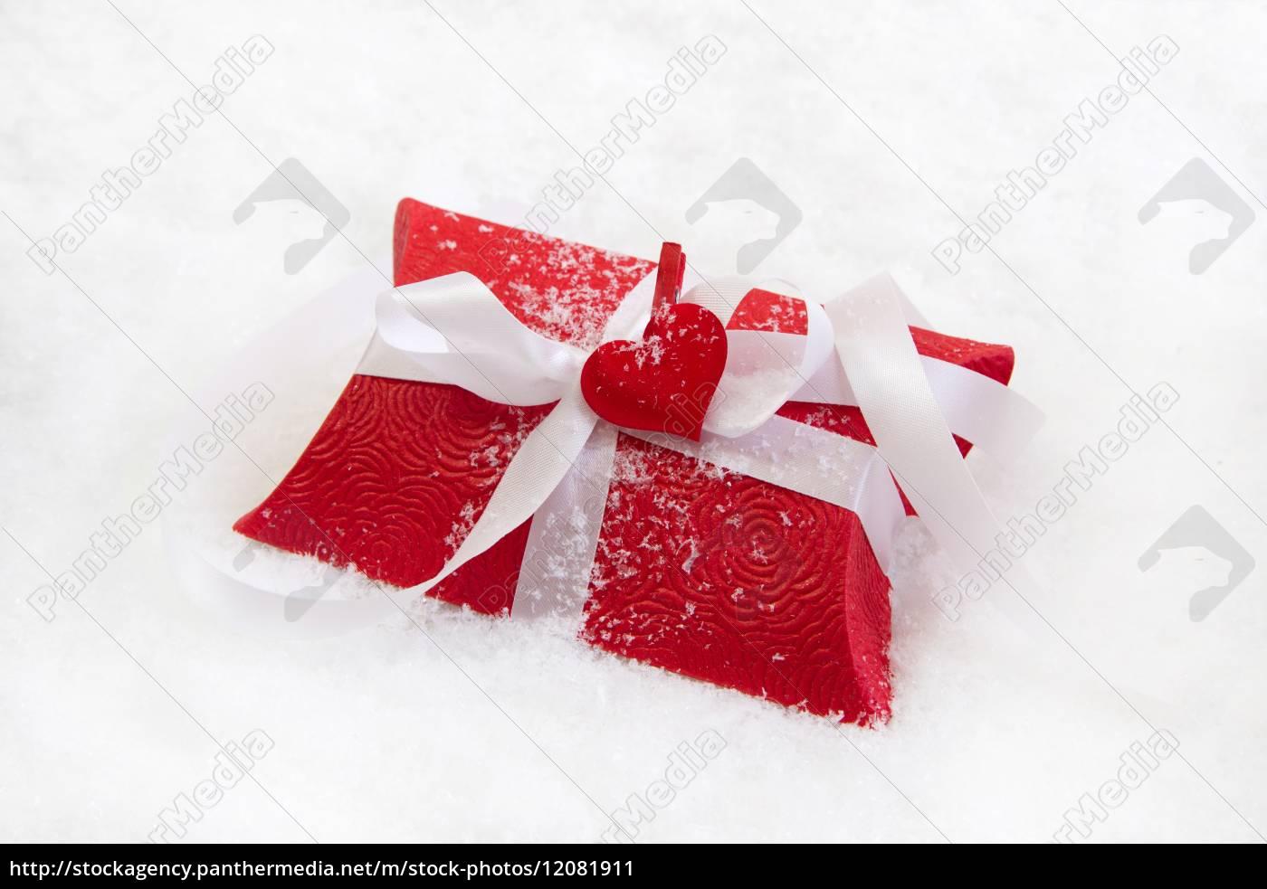 Geschenkkarton Weihnachten.Lizenzfreies Bild 12081911 Roter Geschenkkarton Mit Weißem Band Für Weihnachten Auf