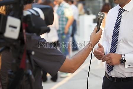 tv interview mit dem geschaeftsmann