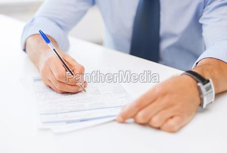 mann der einen vertrag unterzeichnet