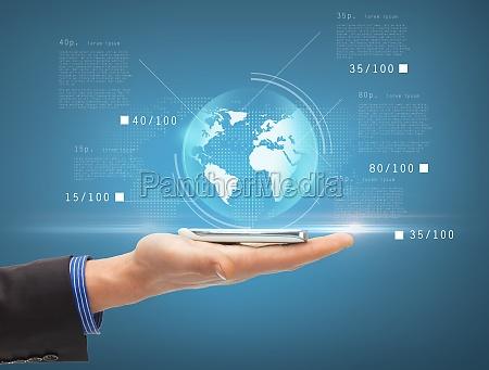 mann hand mit smartphone und virtuellen
