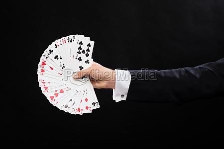 nahaufnahme von magier hand mit spielkarten