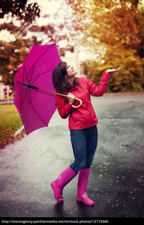 glückliche, frau, mit, regenschirm, für, regen - 12110360