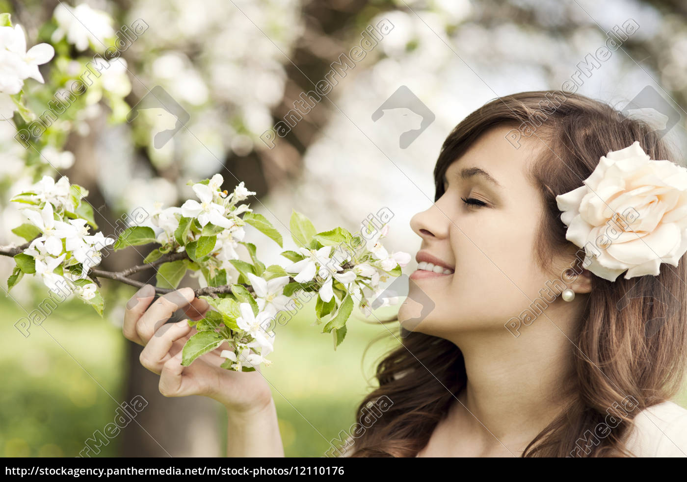 glückliche, junge, frau, genießt, den, duft - 12110176