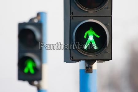 zwei, grüne, lichter, für, fußgänger - 12123656