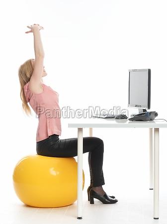 geschäftsfrau, auf, einem, sitzball - 12124948