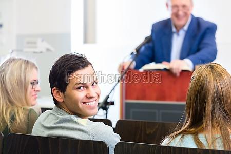 studenten im uni hoersaal