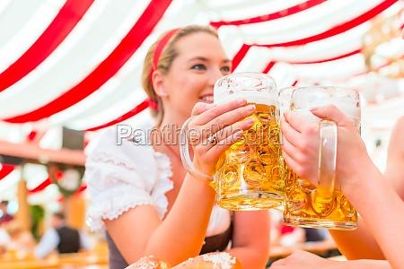 freundinnen trinken bier beim oktoberfest