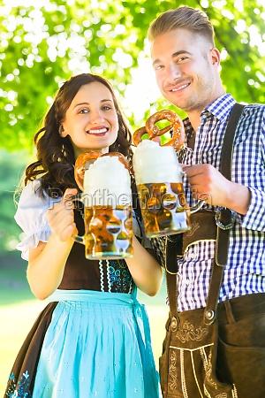 deutsches, paar, in, tracht, mit, bier - 12129258