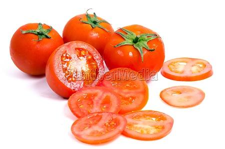 tomaten mit scheiben auf weiss